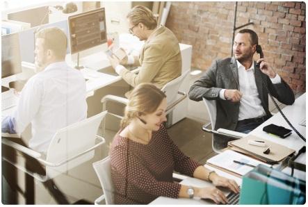 Фото офиса с сотрудниками